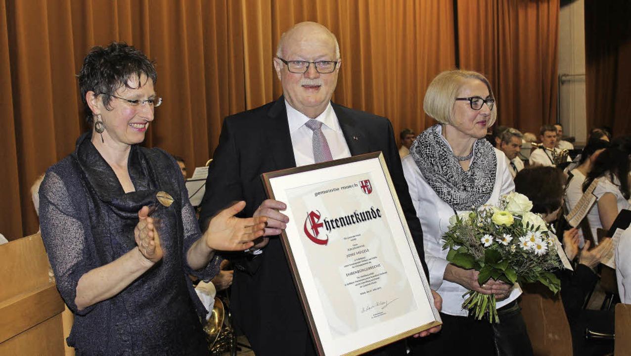 Die Ernennung zum Ehrenbürger übergab ...u gab es Blumen für Ehefrau Rosmarie.   | Foto: mario schöneberg