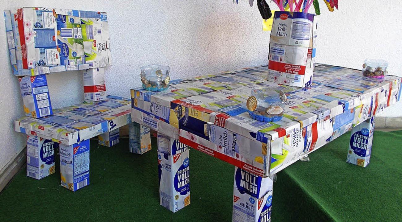 Kreative Müllverwertung: St.-Fridolin-...telten eine Sitzgruppe aus Milchtüten.  | Foto: Schule