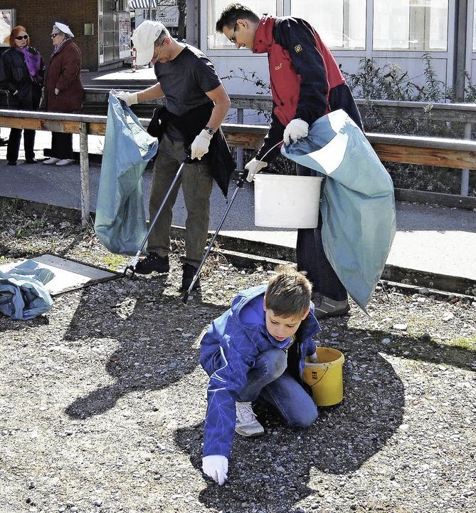 Am Samstag waren etwa 30 Bürger fleißig, um die Stadt von Müll zu säubern.  | Foto: Elena Butz