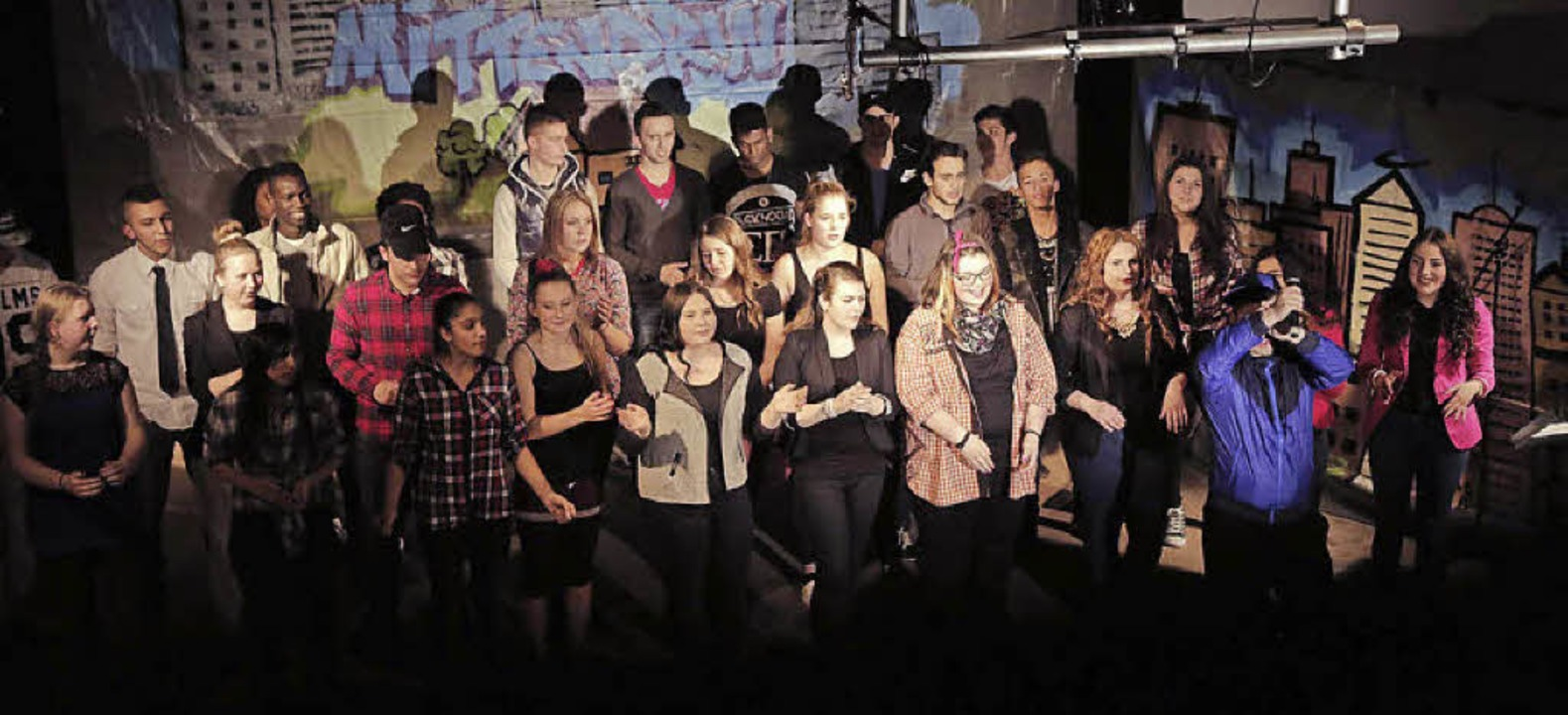 Mittendrin: Schüler aus aller Welt bei ihrer Aufführung.   | Foto: privat