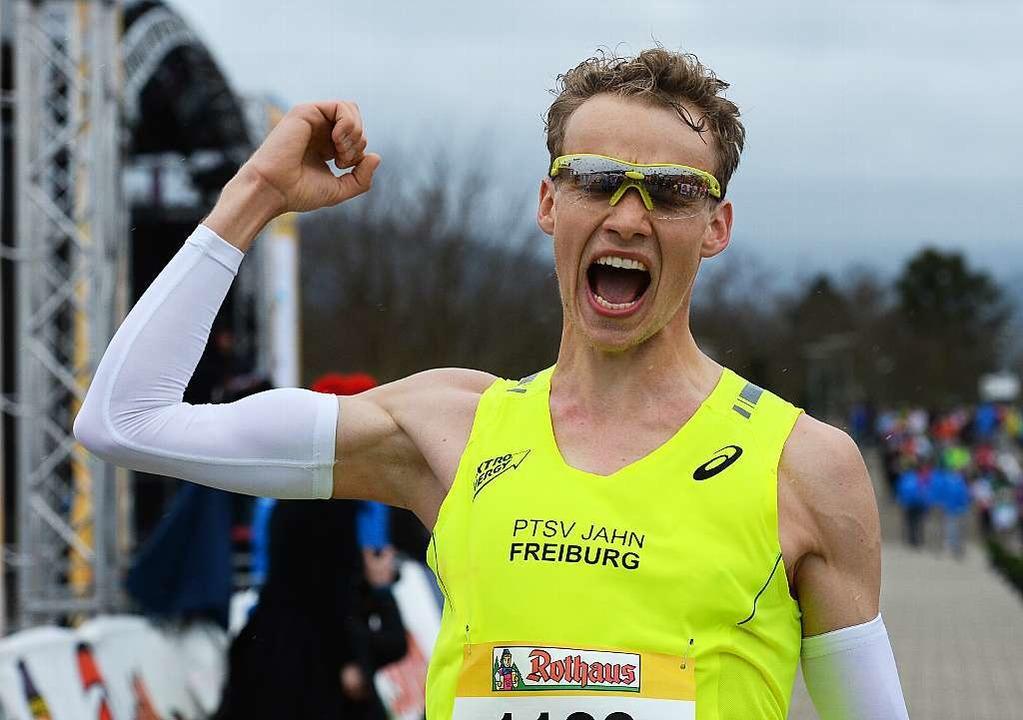 Vorjahressieger Lukas Naegele jubelt a...im 12. Freiburg-Marathon keine Chance.  | Foto: patrick seeger