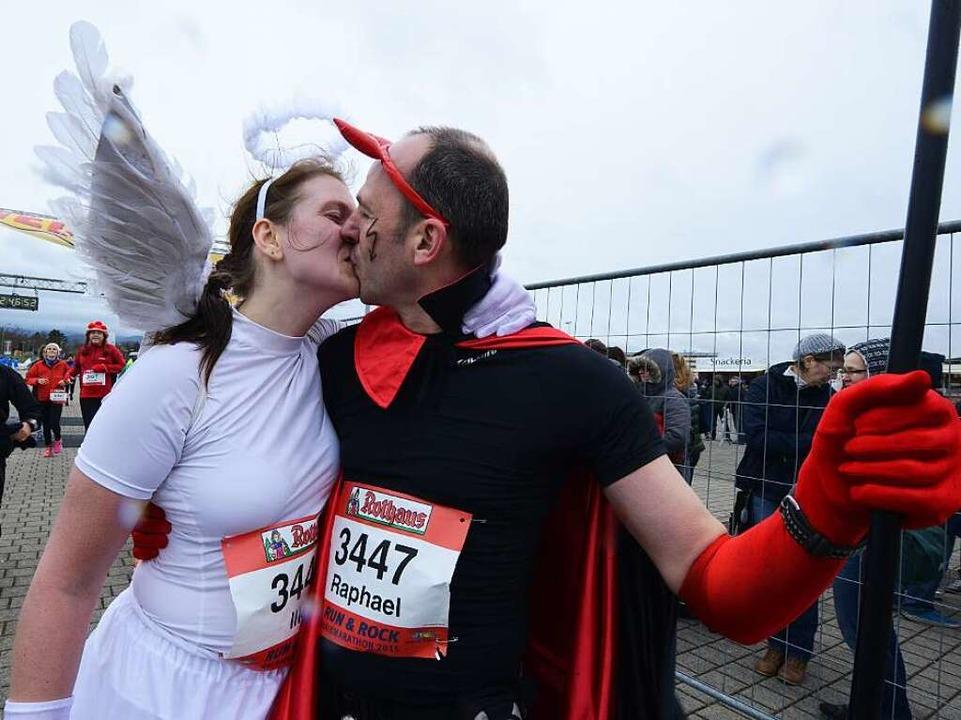 Gut verkleidet ist halb gewonnen: ein kostümiertes Marathonpaar  | Foto: Patrick Seeger
