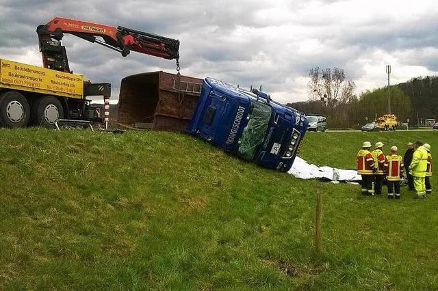 Lastwagen kippt – Straße dicht