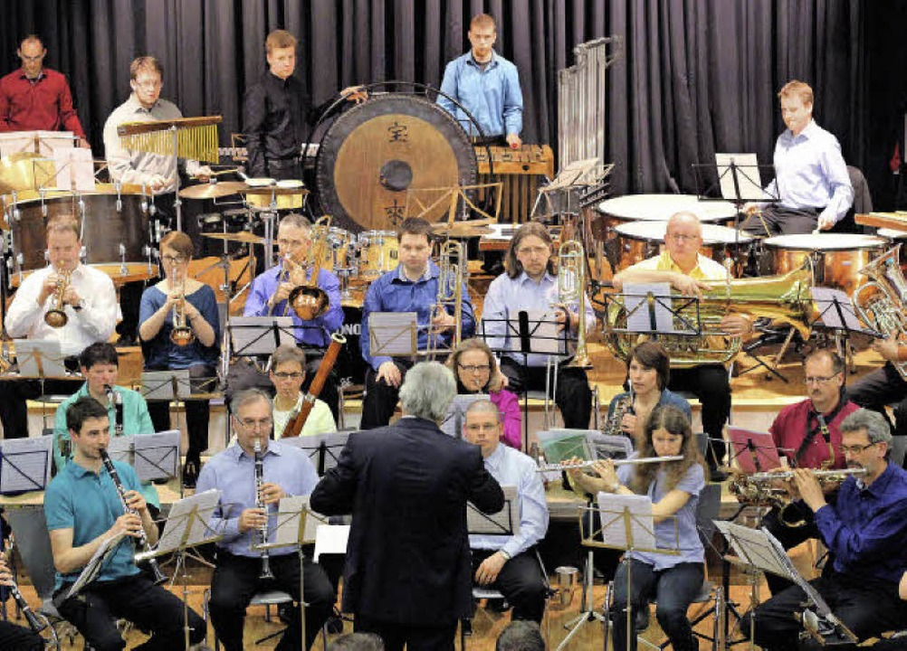 Bunt wie das Leben: Die Stadtmusik Lör...it Dirigent Ulrich Winzer in  Haagen.   | Foto: Antje Gessner