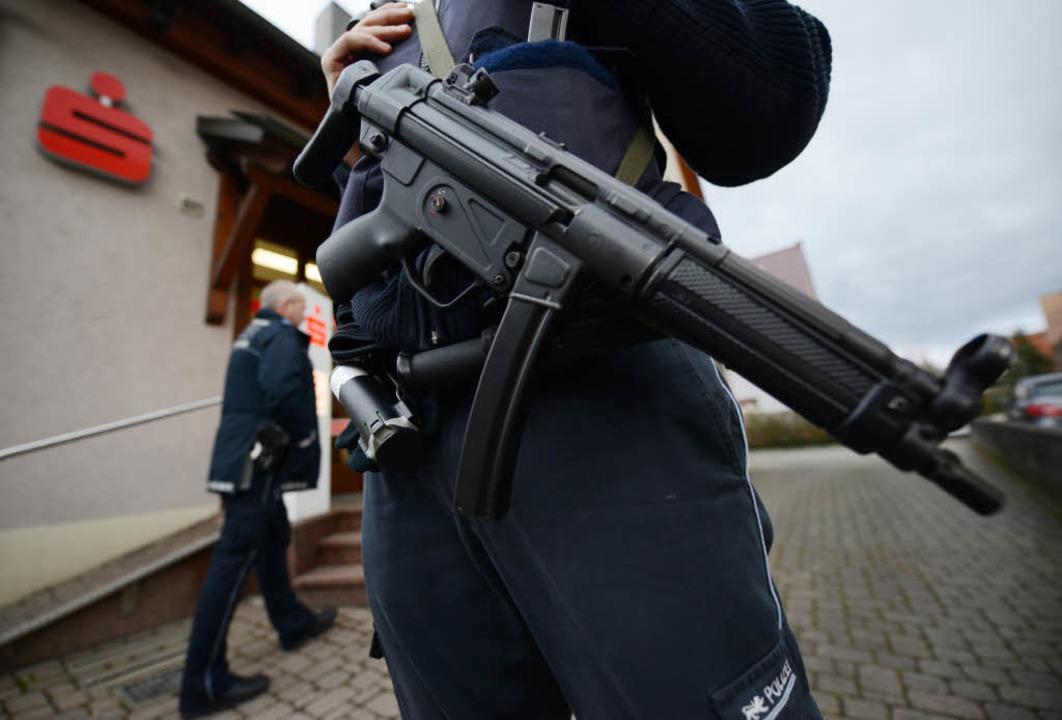 Wieder ist die Sparkasse in Gottenheim überfallen worden.  | Foto: dpa