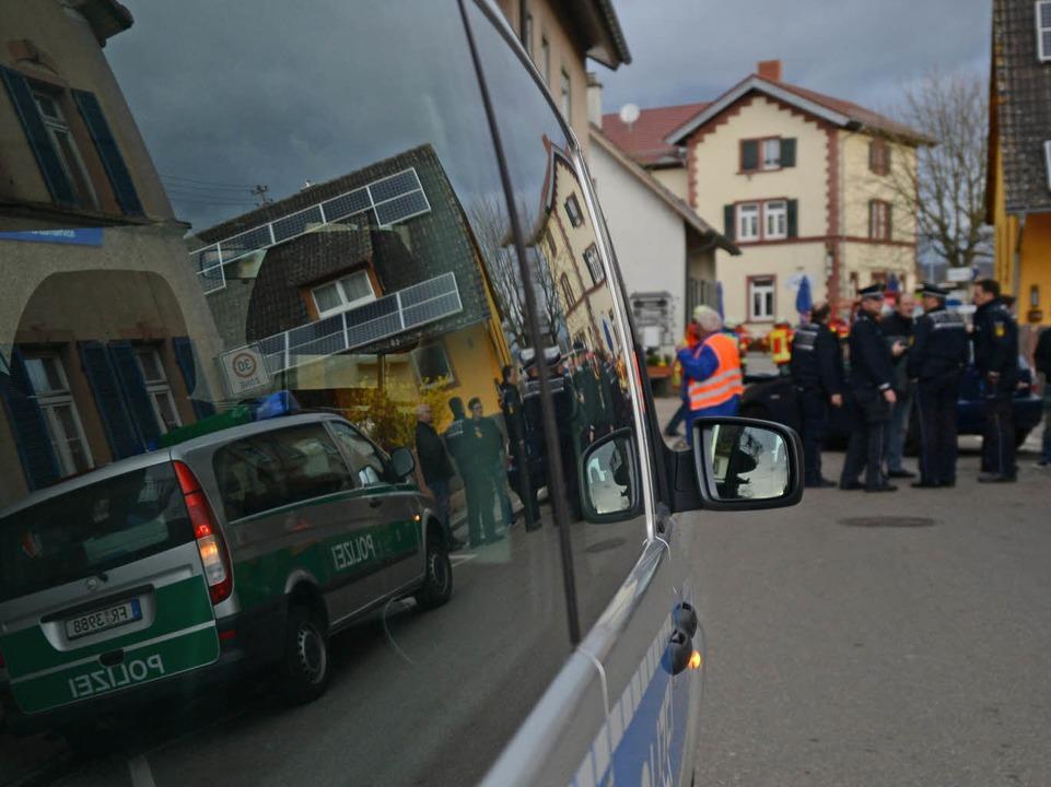 Viel Polizei am frühen Morgen in Gottenheim.  | Foto: dpa