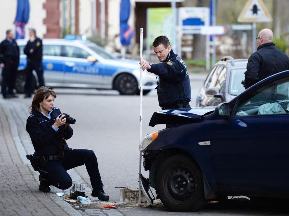 Der Unfallwagen des Bankräubers.  | Foto: dpa