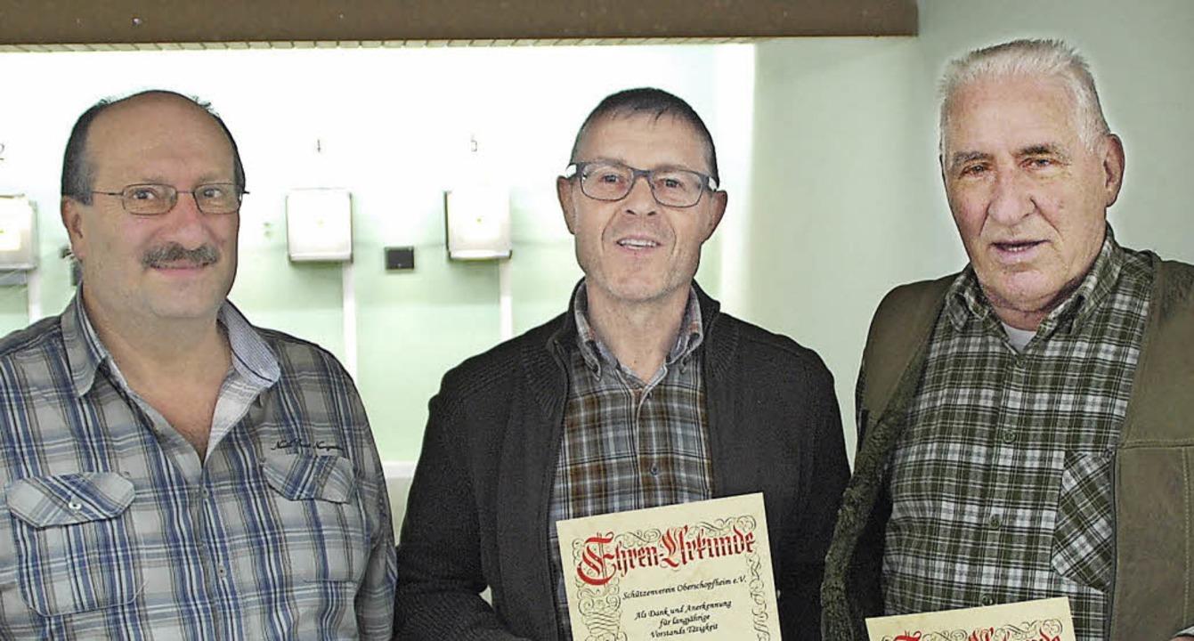 Seit Jahrzehnten treu: Vorsitzender Ka...nd Wolfgang Niehüser (von links) aus.     Foto: schützenverein