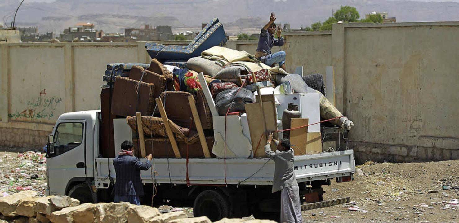 Jemeniten flüchten vor den Angriffen aus der Hauptstadt Sanaa.   | Foto: AFP
