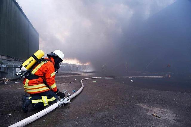 Großer Schaden bei Brand einer Lagerhalle in Appenweier