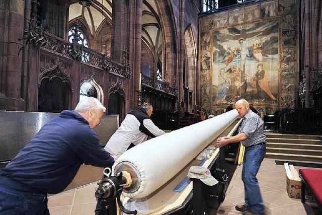 Helfer haben das 400 Jahre alte Fastentuch im Freiburger Münster abgehängt