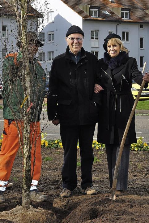 Anita und Dieter Lausch (Mitte) spenden eine Birke.   | Foto: ZVG
