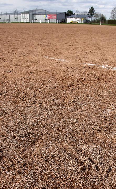 Nicht mehr das beste Geläuf für die Es...tplatz soll einem Kunstrasen weichen.   | Foto: martin pfefferle