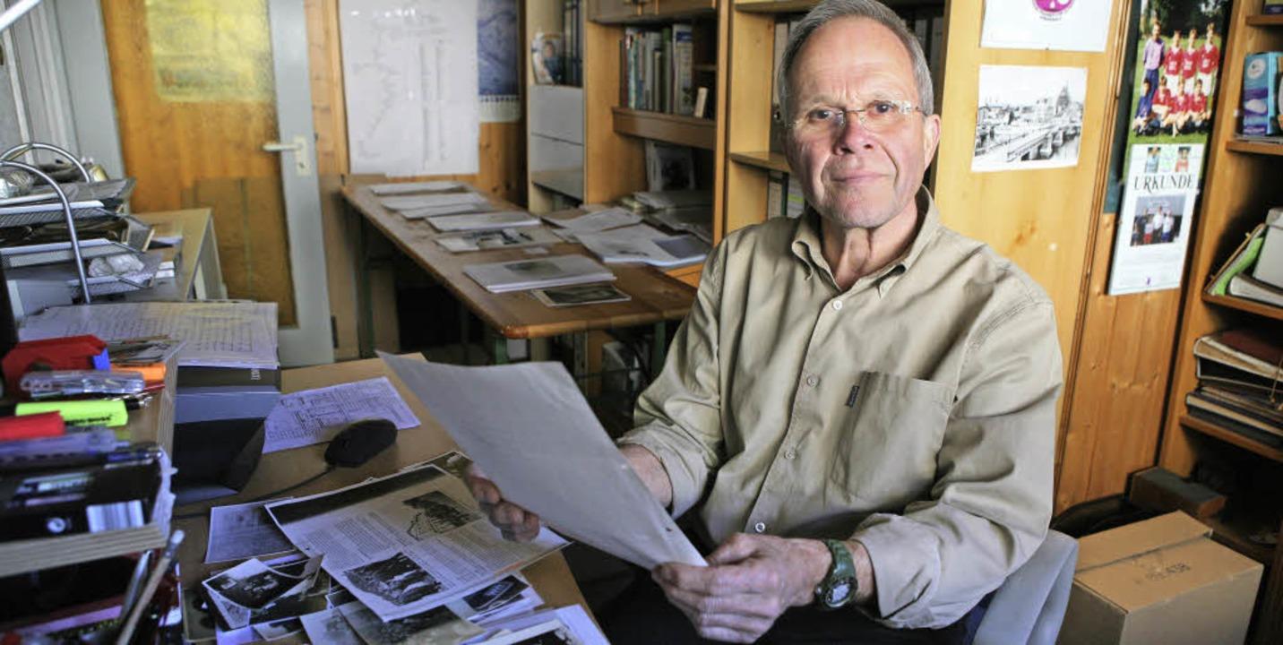 Manfred Kittel blättert in seinem Büro...aterial für eine Buchveröffentlichung.  | Foto: Bastian Henning