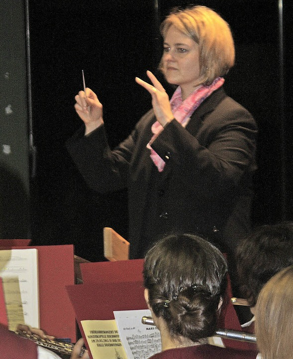 Karola Weinmann dirigierte souverän ih...terin der Winzerkapelle Bischoffingen.    Foto: Herbert Binninger