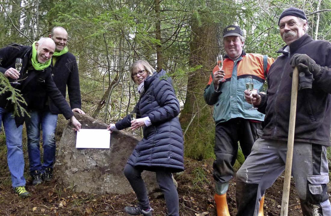 Der letzte Spruchstein des Literaturpf...d Thimm (von links) stoßen darauf an.   | Foto: E. Korinth