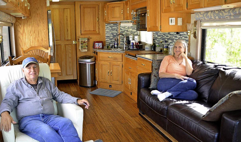 Geräumig wie eine Wohnung: der Camper von Julie und Andy Renduelis  | Foto: dpa
