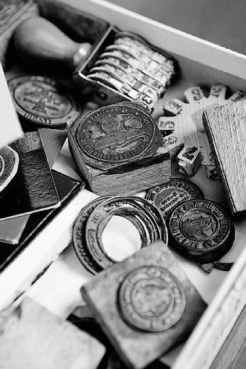 Unten einige  seiner Utensilien: falsche Stempel  und Siegel.  | Foto: Rafael Zubler