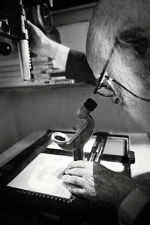 Aufs Detail kommt es an: Kaminsky im Labor  | Foto: Rafael Zubler