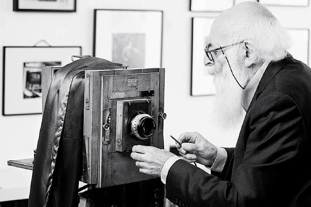 Adolfo Kaminsky mit einer Plattenkamera, mit der er früher gearbeitet hat.  | Foto: Rafael Zubler