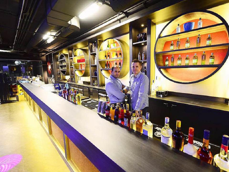 Obwohl die Theke 15 Meter lang ist, wird in der QU-Bar nicht nur getrunken.  | Foto: Ingo Schneider