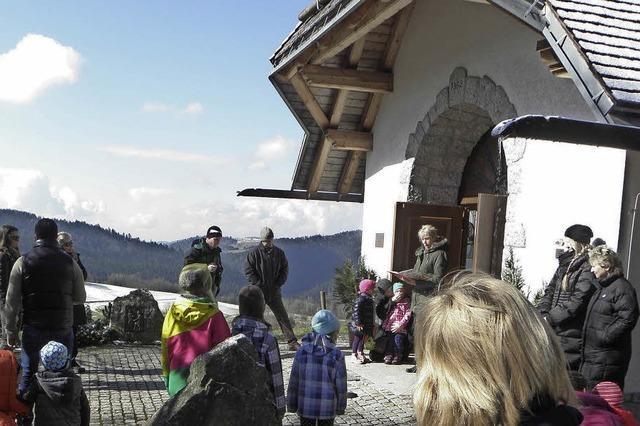 Kinder suchen Osternester