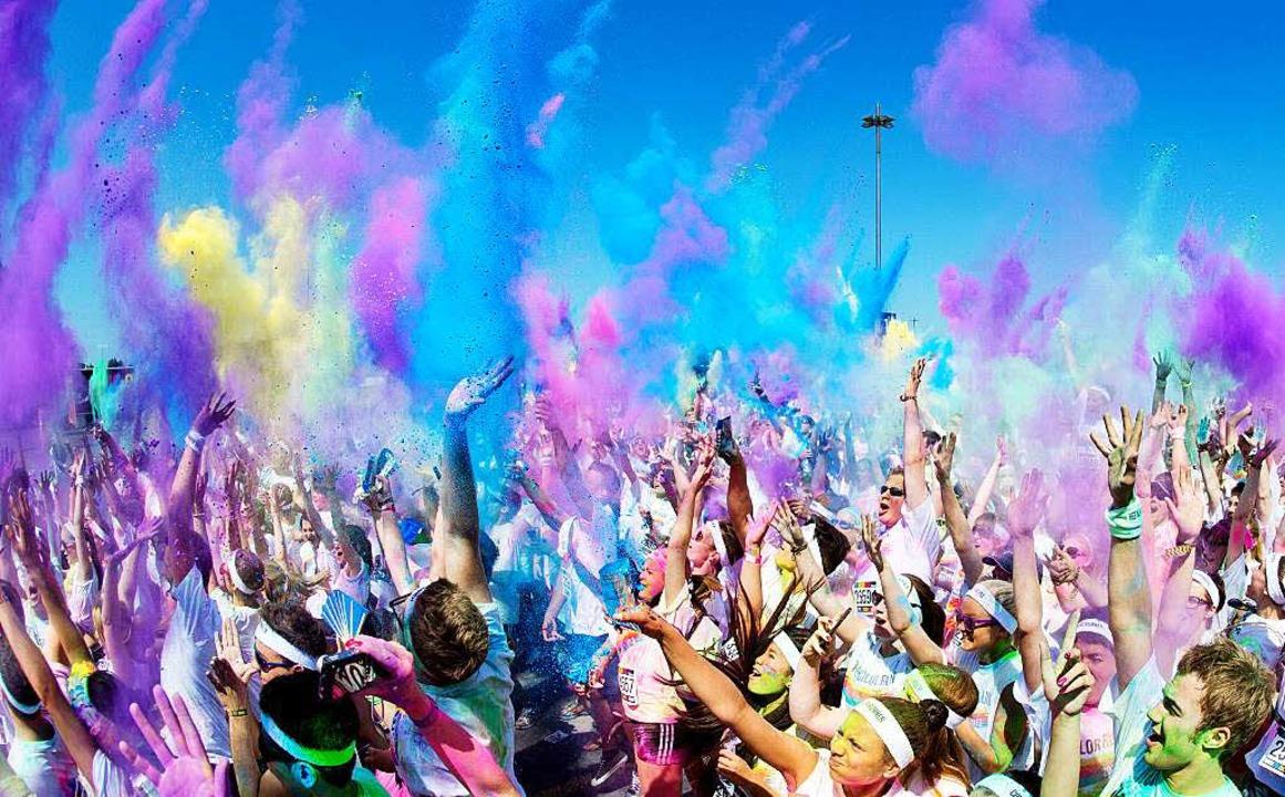 3,2,1 – Abwurf. Holi-Fans schmeißen das Farbpulver in die Luft   | Foto: dpa