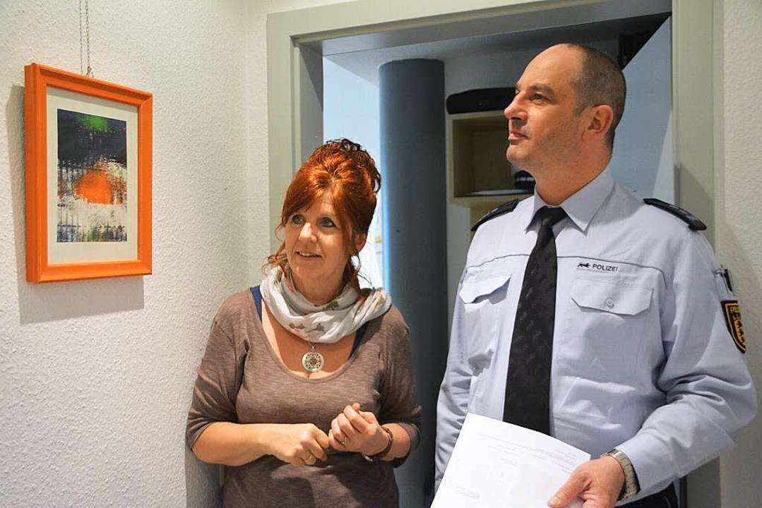 Kunst im Polizeirevier: Christina Kuhn... Markus Krebs betrachten ein Gemälde.     Foto: Danielle Hirschberger