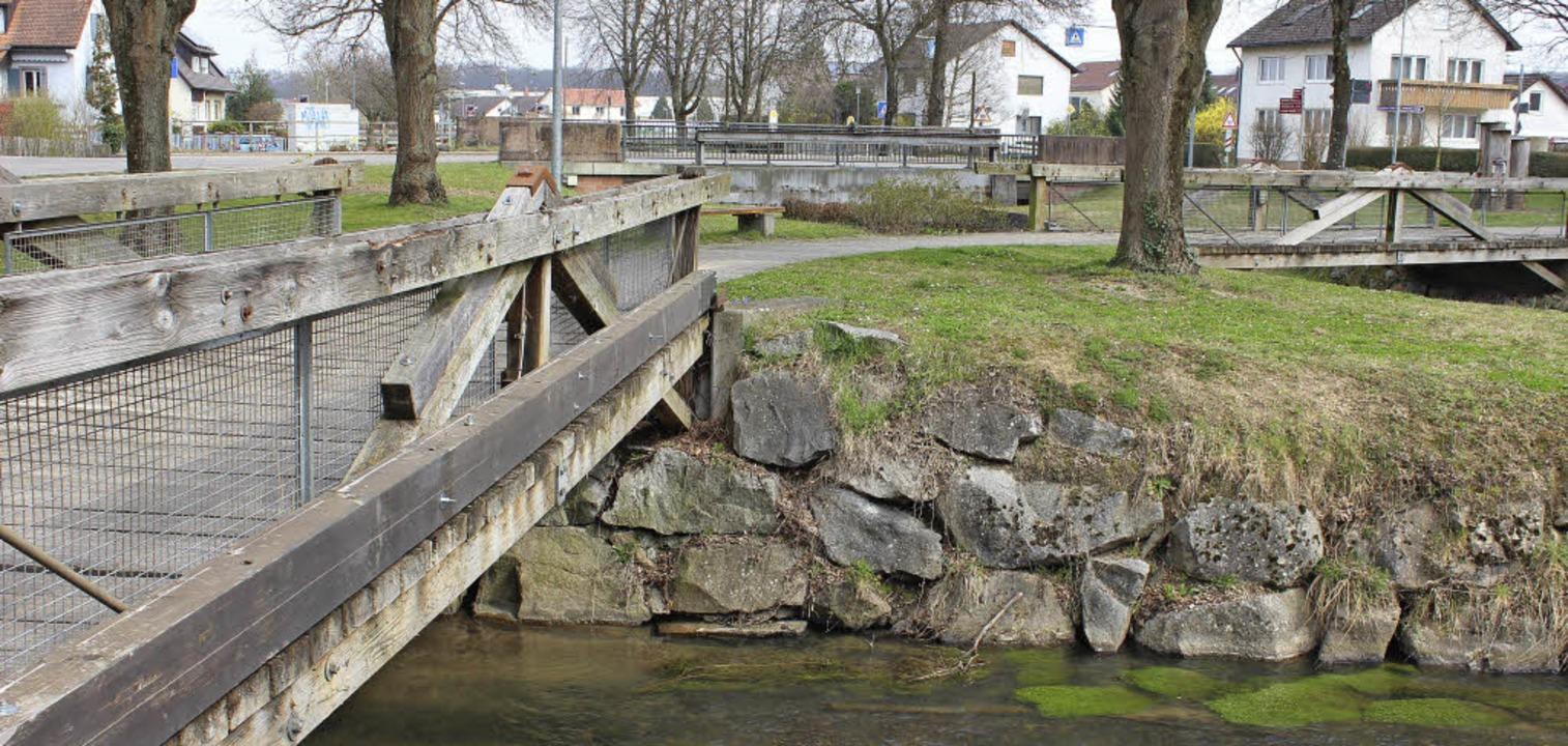 Die hölzernen Brücken über Mühlbach  (...üssen nach  21 Jahren erneuert werden.  | Foto: mario schöneberg