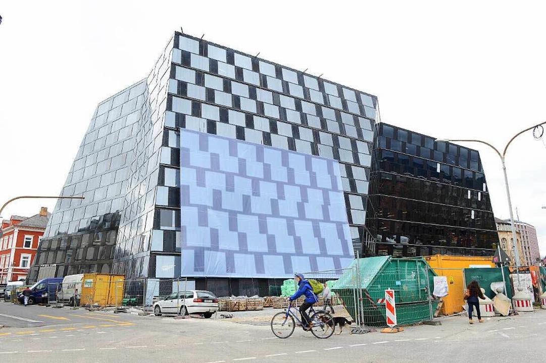 Der neue  Sonnenschutz an der UB-Fassa...passend zur Fassade – gemustert.  | Foto: Rita Eggstein
