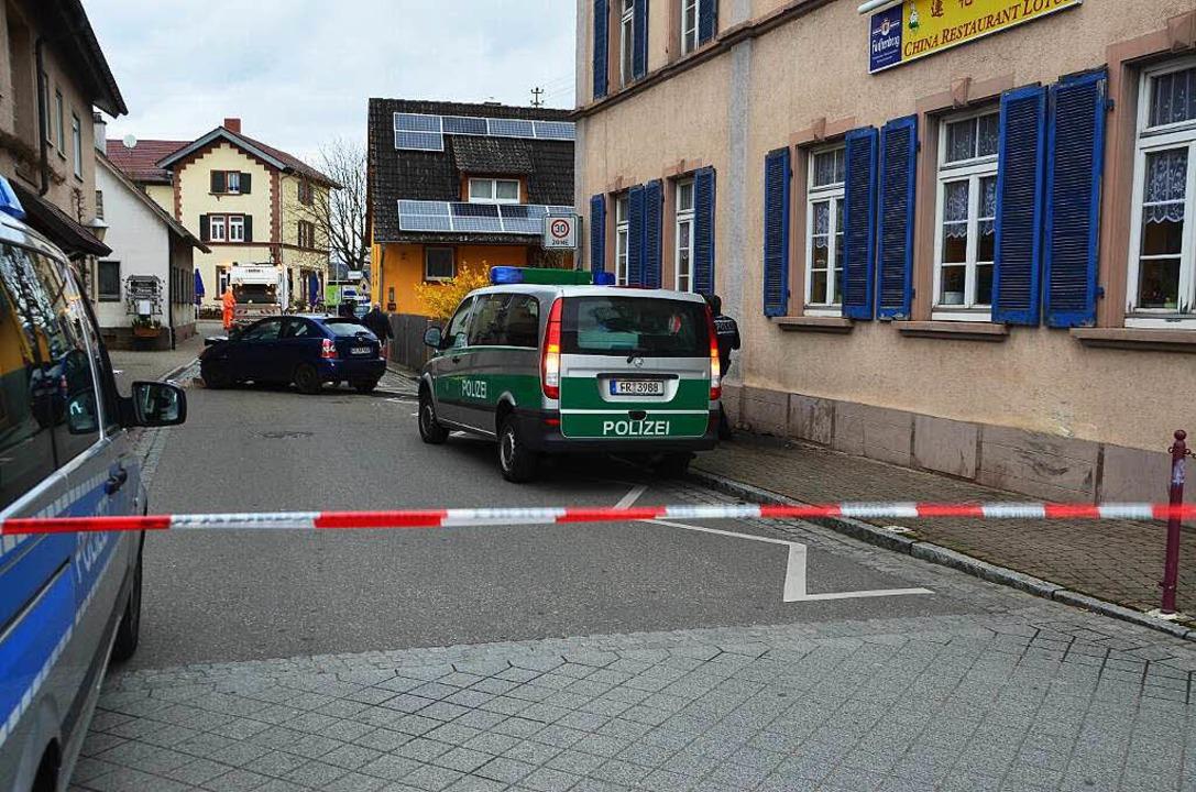 Der Bankräuber war mit seinem Auto auf...Wand des Gasthauses (rechts) geprallt.  | Foto: Manfred Frietsch