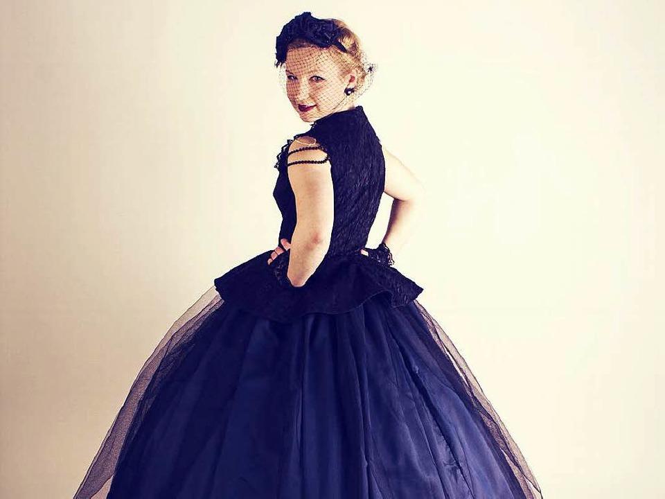 Zippora Zibold im selbst designten Sissi-Kleid  | Foto: Privat