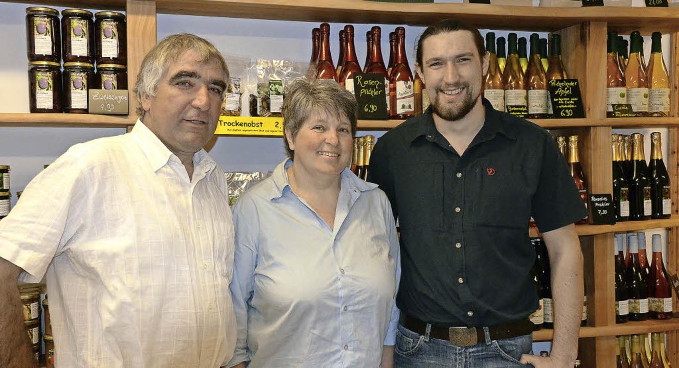 Martin, Susanne und Johannes Geng in ihrem Hofladen.     Foto: Gabriele Hennicke