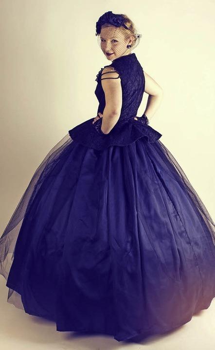 Zippora Zibold in ihrem selbst entworfenen Sissi-Kleid.   | Foto: Privat