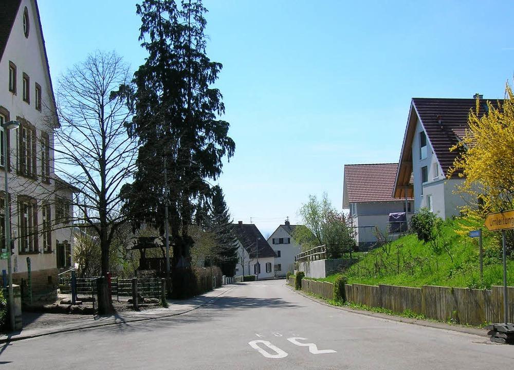 Viel Straße, Tempo 30  und wenig Gehwe...ng vor Schule und  Ortschaftsamt aus.   | Foto: Sylvia-Karina Jahn