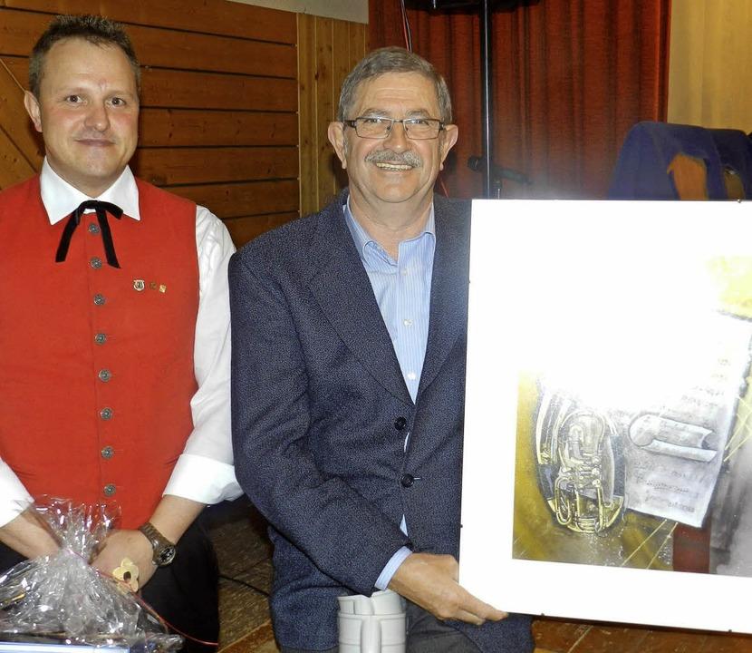 Hansjörg Böhler (rechts) wurde nach üb...fan Brehm überreichte ihm ein Präsent.  | Foto: Gerhard Wiezel
