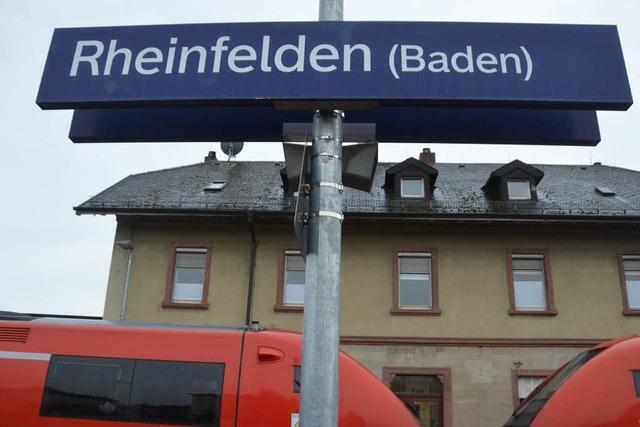 Lokführer rauscht am Bahnhof Rheinfelden vorbei