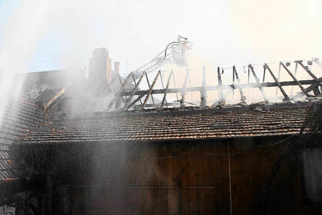 Der Dachstuhl des Ökonomiegebäudes des...her-Schmidt wurde weitgehend zerstört.  | Foto: Herbert Trogus