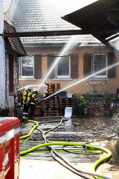 Der Feuerwehr gelang es, ein Übergreif...men auf zwei Wohnhäuser zu verhindern.  | Foto: Herbert Trogus