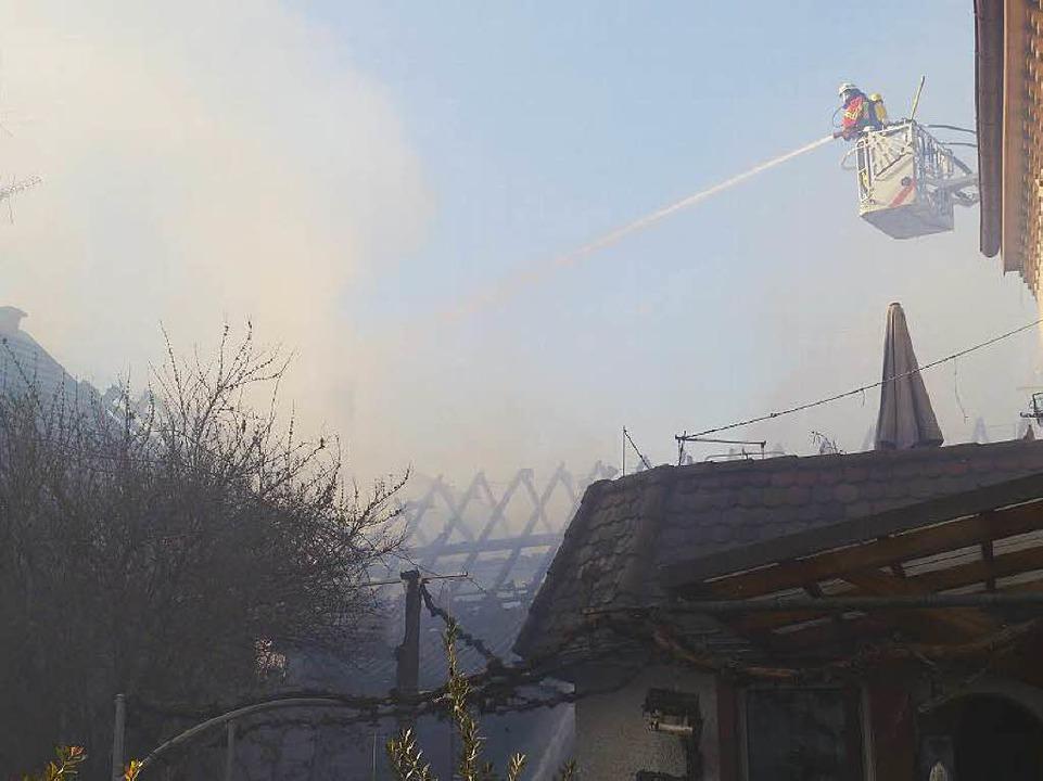 Auch von oben wurden die Flammen bekämpft.  | Foto: Patrick Kerber