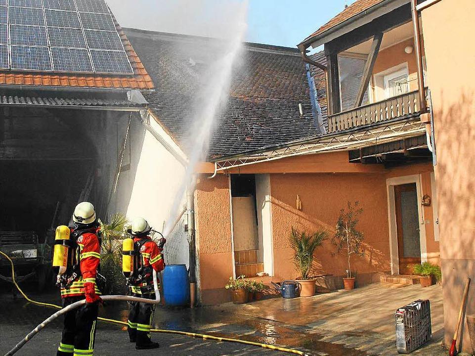 Feuerwehrmänner bei den Löscharbeiten  | Foto: Herbert Trogus