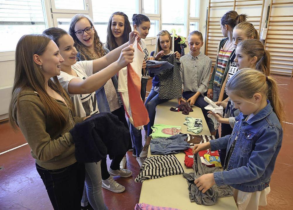 Die Mädchen setzen ihre Idee, eine Tauschbörse für Klamotten, um.   | Foto: Christoph Breithaupt