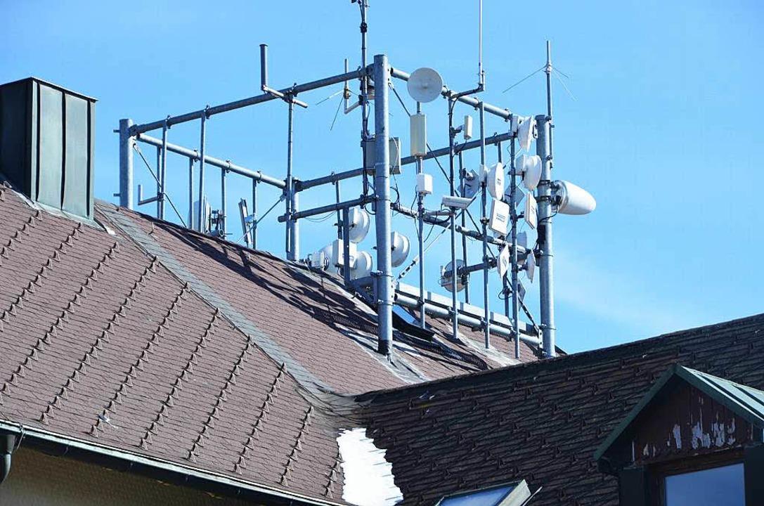 Schnelles Internet per Funk gibt es vom Dach des Blauenhauses.  | Foto: Alexander Huber