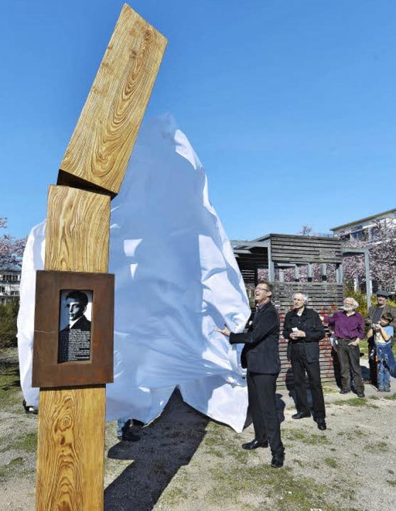 Mit einem Wisch ist alles weg: Schwung...Kirchbach die neue Georg-Elser-Stele.   | Foto: Michael Bamberger