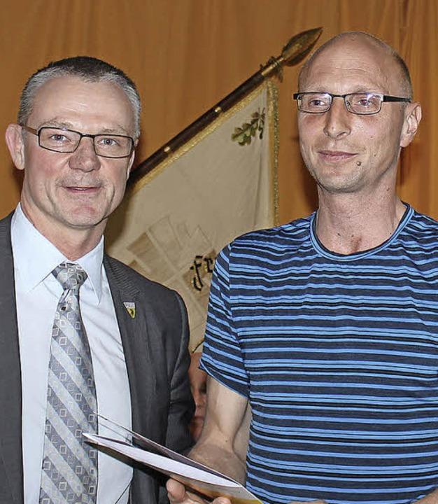 Detlef Frankenberger (links) vom  FT-V...örg Jordan  die Ehrennadel in Silber.   | Foto: privat