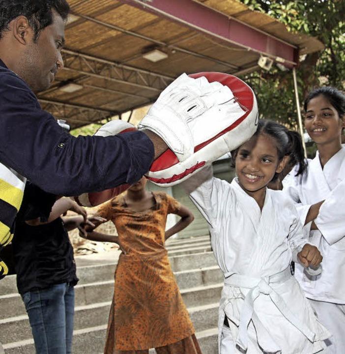 Ein  Mädchen lernt Karate, um sich später gegen Männer verteidigen zu können.  | Foto: Andrea Steinhart