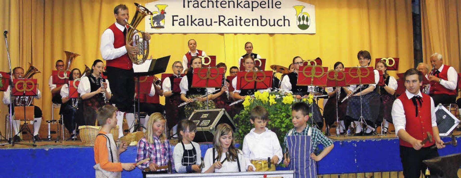 """Die Jungmusiker von links Niklas Barts...222;Die lustigen Dorfschmiede"""".     Foto: Tina Hättich"""