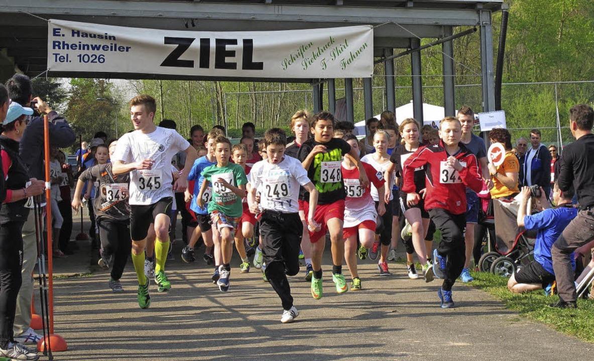 Die Jugend auf der Strecke - gelaufen wird unter anderem um Geldpreise.  | Foto: Jutta Schütz
