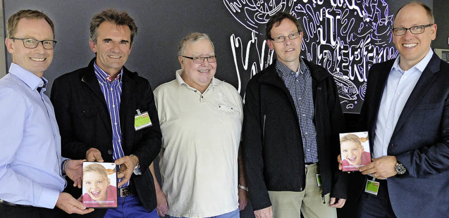 Klaus Stiegeler, Helmar Burkhart, Gust...n Mathesius (von links) mit dem Video.  | Foto: Marion Rank