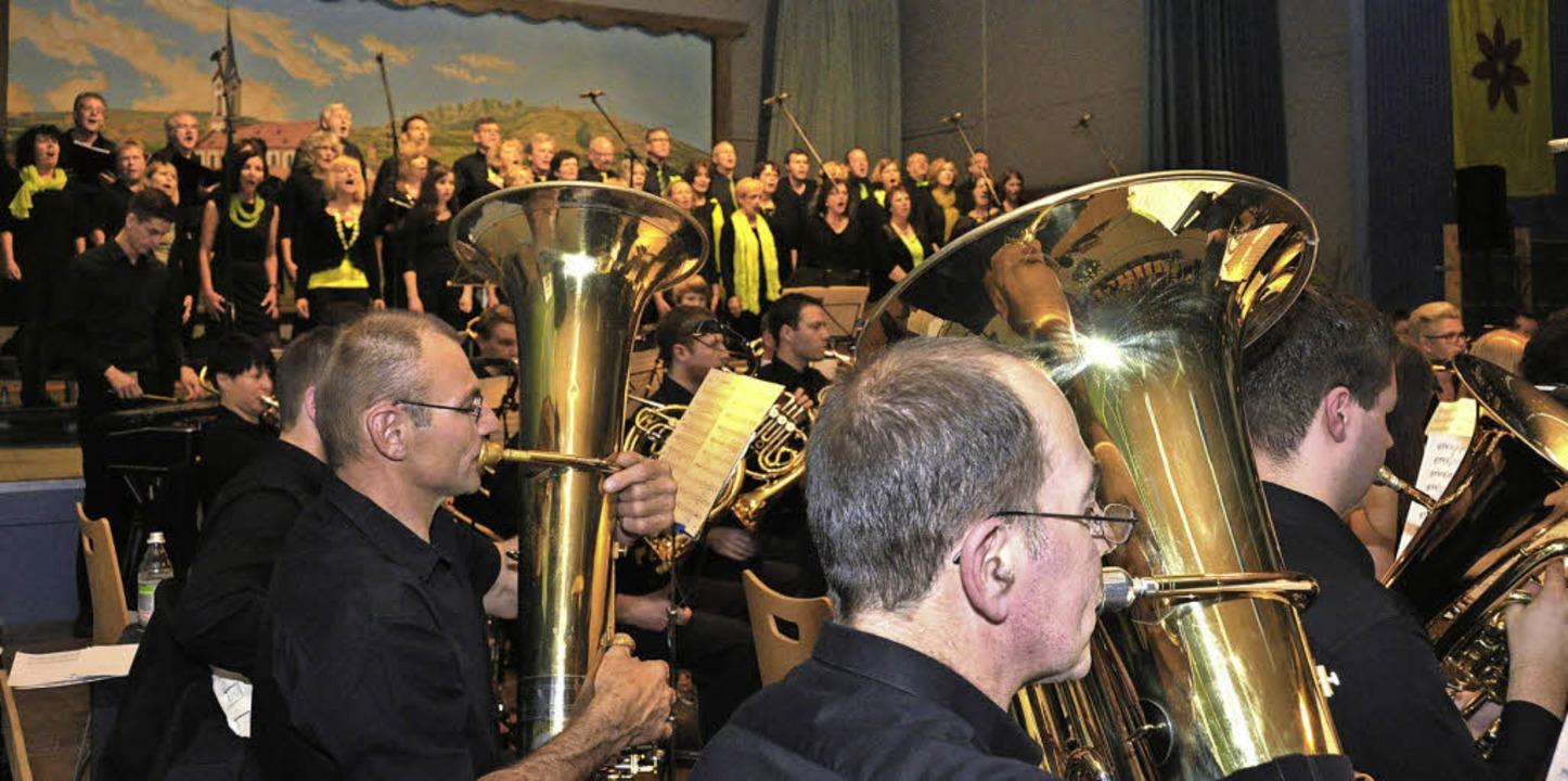 100 Musiker und Sänger der Musikkapell...r Bühne der Ihringer Kaiserstuhlhalle.  | Foto: Kai Kricheldorff